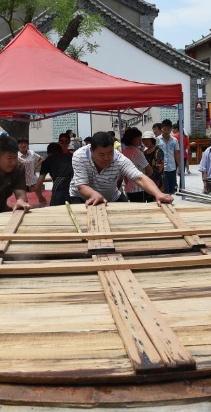 郑州:巨锅煮面 半只锅盖四人抬